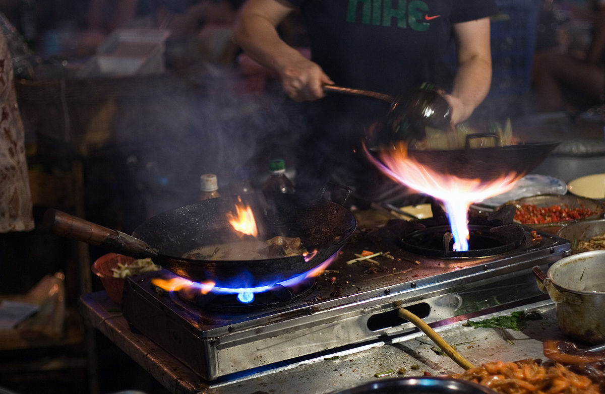 1200px-Wok_cooking_and_fire_by_romainguy